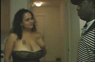 Sexy bruna riflettore off e succhiare ragazzo sul divano film porno di qualita