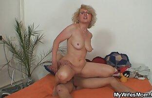 Le ragazze si masturbano sul water e film porno più belli scivolano sul pavimento in un alto