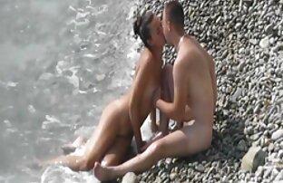 Una ragazza dai capelli castani, con una figura della bella auto-carezza se stessa su filmpono gratis una webcam