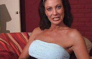 Luda film porno a luci rosse masturba solo su il divano