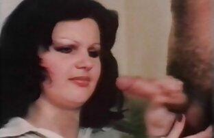 Luda capelli castani, video pornografici gratuiti masturbandosi con un dildo di vetro